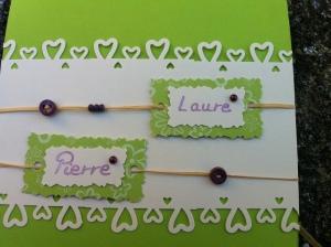 Détail du faire part vert anis, boutons et perles violette