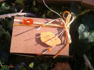 Boîte à dragées perle en nacre orange et petites perles