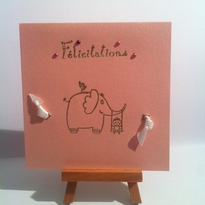 Carte faite main rose irisée, nacrée, avec éléphant doré embossé et petits noeuds