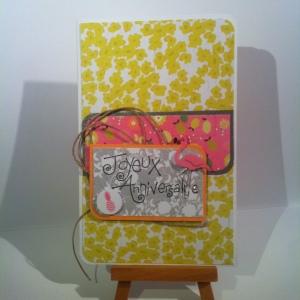 carte d'anniversaire jeune fille jaune citron et flamand rose