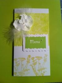 Menu mariage vert anis et blanc, orchidée et plume