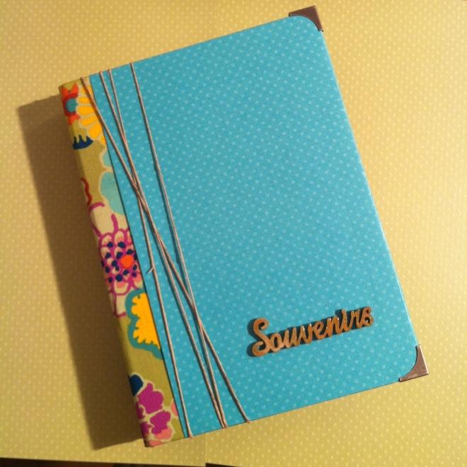 Classeur pour souvenirs et photos en tissu, papier et bois bleu turquoise et fleuri
