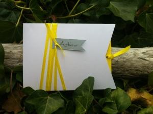 Carte faire-part naissance baptême jaune et blanc, ruban à pochette 2