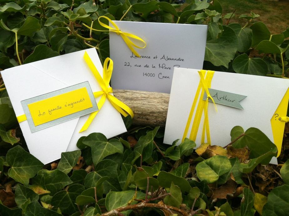 Faire-part de naissance ou de baptême à pochette blanc irisé, jaune soleil et gris argenté