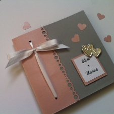 faire-part-de-mariage-gris-clair-rose-pastel-et-touche-argentee-coeurs-metalliques-et-ruban-de-satin-3
