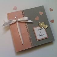 faire-part-de-mariage-gris-clair-rose-pastel-et-touche-argentee-coeurs-metalliques-et-ruban-de-satin-4