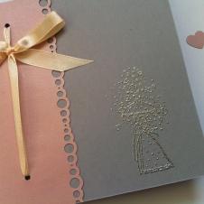faire-part-de-mariage-gris-clair-rose-pastel-et-touche-argentee-couple-de-maries-parapluie-et-pluie-de-coeurs