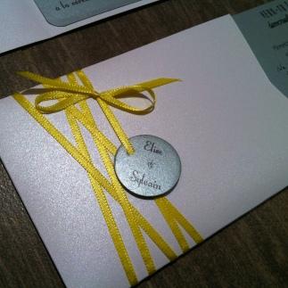 carte-pochette-veux-tu-etre-mon-temoin-demoiselle-dhonneur-blanc-gris-argente-et-ruban-jaune-1