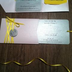 carte-pochette-veux-tu-etre-mon-temoin-demoiselle-dhonneur-blanc-gris-argente-et-ruban-jaune-2