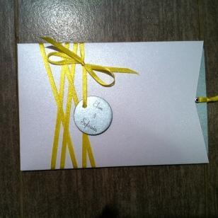 carte-pochette-veux-tu-etre-mon-temoin-demoiselle-dhonneur-blanc-gris-argente-et-ruban-jaune-5