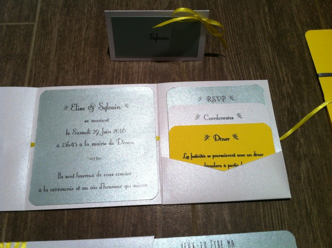 faire-part-pochette-de-mariage-avec-3-cartons-blanc-gris-argent-et-ruban-jaune-soleil-mon-faire-part-est-unique-mariage-chic-elegant-tendance-2017-1