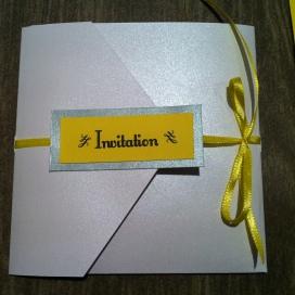 faire-part-pochette-de-mariage-avec-3-cartons-blanc-gris-argent-et-ruban-jaune-soleil-mon-faire-part-est-unique-mariage-chic-elegant-tendance-2017-11