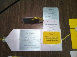 faire-part-pochette-de-mariage-avec-3-cartons-blanc-gris-argent-et-ruban-jaune-soleil-mon-faire-part-est-unique-mariage-chic-elegant-tendance-2017-6