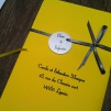 faire-part-pochette-de-mariage-avec-3-cartons-blanc-gris-argent-et-ruban-jaune-soleil-mon-faire-part-est-unique-mariage-chic-elegant-tendance-2017-7