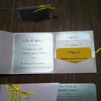 faire-part-pochette-de-mariage-avec-3-cartons-blanc-gris-argent-et-ruban-jaune-soleil-mon-faire-part-est-unique-mariage-chic-elegant-tendance-2017-9