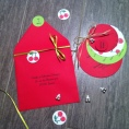 Faire-part rond rouge et vert pour un baptême de jumeaux avec des cerises doubles pour un baptême de jumeaux avec son enveloppe et sa boîte à dragées cerises