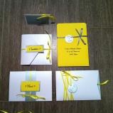 gamme-mariage-jaune-soleil-blanc-et-gris-argente-kit-de-papeterie-complet-faire-part-menu-carte-de-remerciement-marque-place-carte-demoiselle-dhonneur-temoin-mon-faire-part-est-unique-4