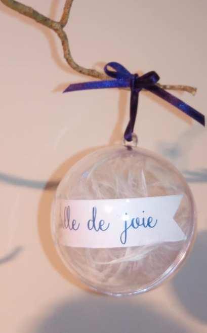 Bulle en plexi avec plume voluptueuse blanche et nom de table de mariage thème bulle et plumes
